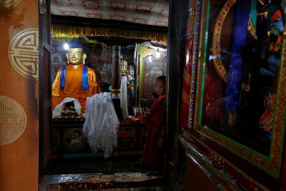 Młody zakonnik w buddyjskim klasztorze Thiksey w mieście Ladakh na północy Indii