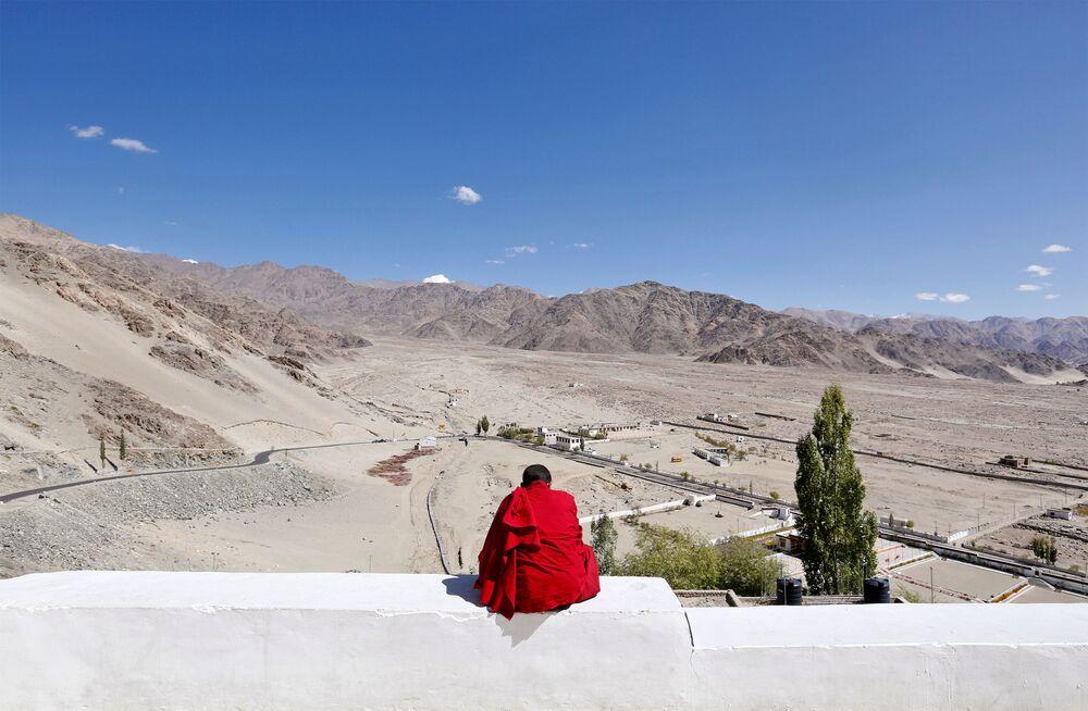 Młody zakonnik podczas przerwy w szkole buddyjskiego klasztoru Thiksey w mieście Ladakh na północy Indii