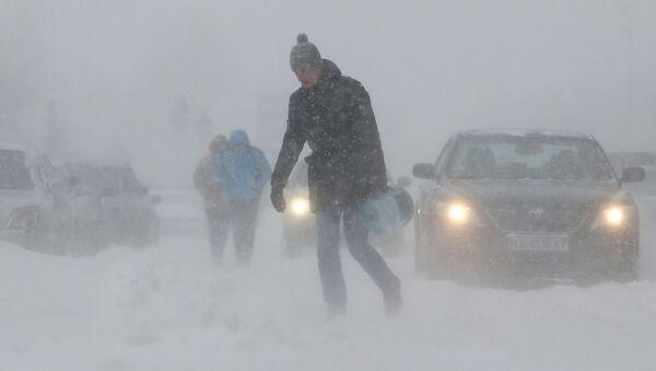 Ludzie na ulicy podczas obfitych opadów śniegu w Kijowie - Sputnik Polska