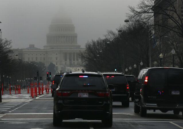 Orszak prezydencki pod budynkiem Kongresu w Waszyngtonie