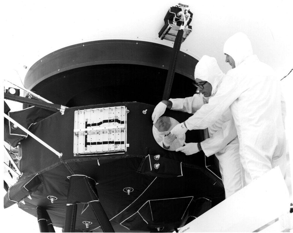Na złotym dysku Voyagera zapisanych jest 27 utworów muzycznych, powitanie w 55 językach, w tym w 7 starożytnych, różne dźwięki Ziemi oraz 116 fotografii zakodowanych w postaci sygnałów wideo.