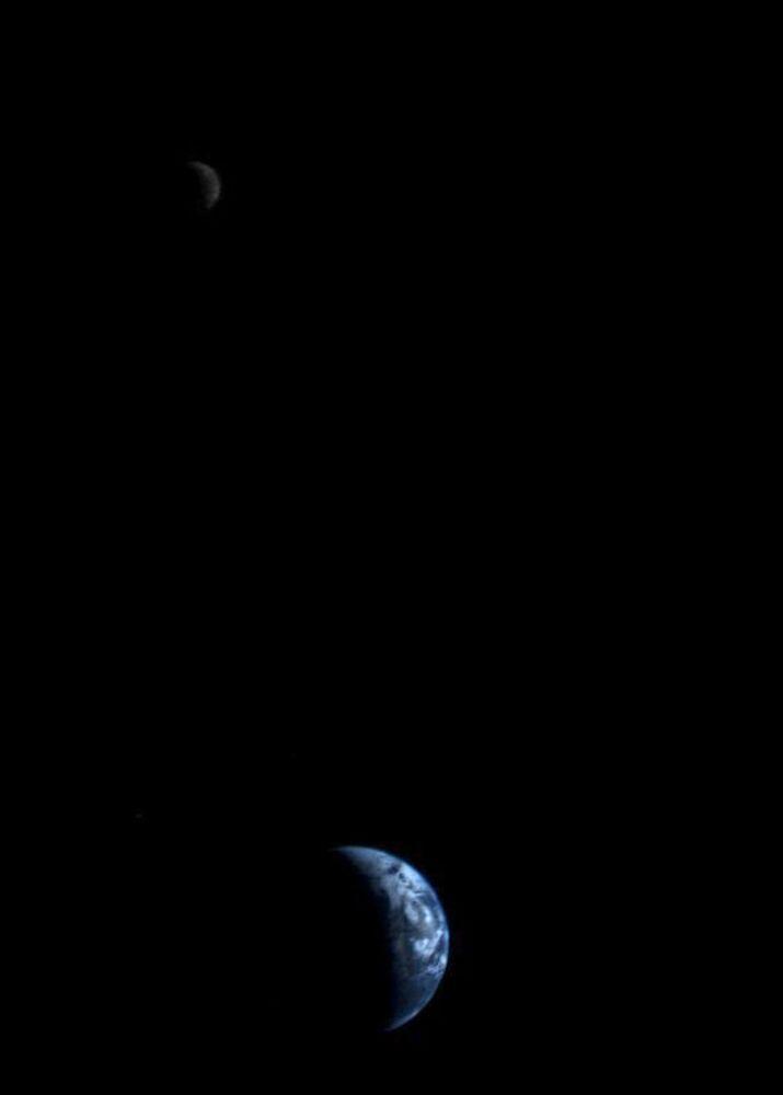 Widok Ziemi i Księżyca na zmontowanym zdjęciu wykonanym z pierwszych fotografii przesłanych przez Voyager-2 18 września 1977 roku z odległości 11,66 miliona kilometrów od Ziemi.