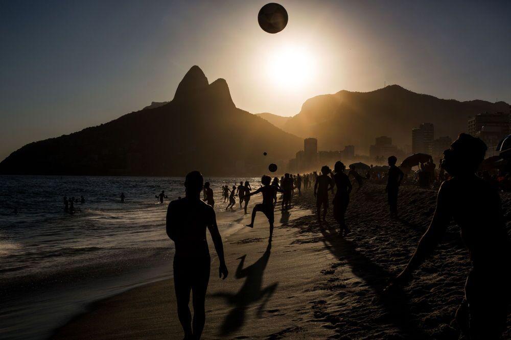 Zdjęcie portugalskiego fotografa Daniela Rodriguesa People playing soccer ball on Ipanema beach at sunset, Rio de Janeiro, III miejsce Międzynarodowego Konkursu im. Andreja Stenina w kategorii Sport