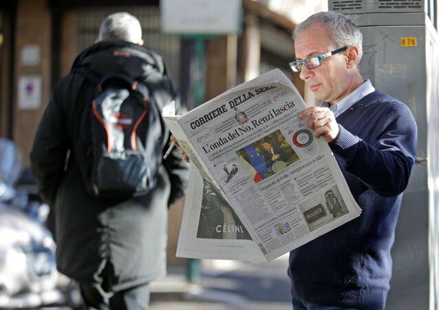 Mężczyzna czyta gazetę Corriere della Sera, Rzym