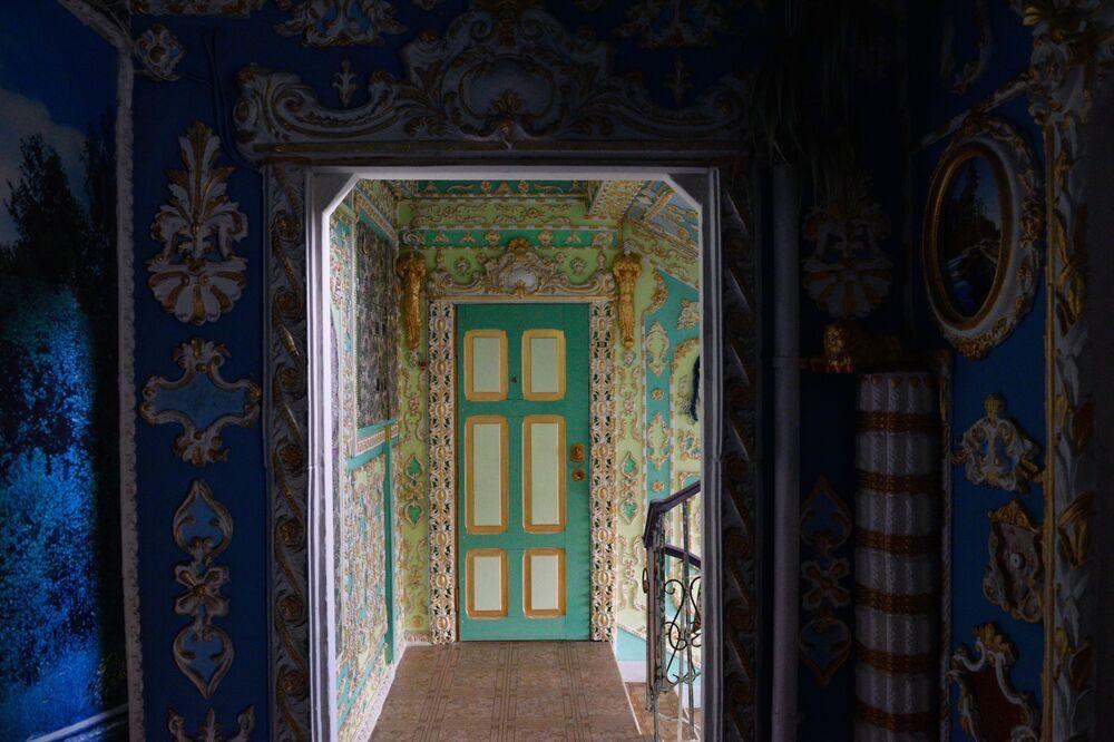 Władimir Czajka namalował freski w stylu barokowym na klatce schodowej w Kijowie
