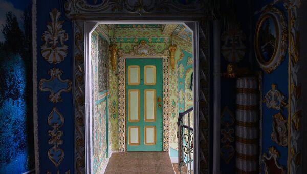 Emeryt pomalował klatkę schodową w Kijowie w stylu barokowym - Sputnik Polska