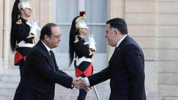 Prezydent Francji Francois Hollande i premier Libii as-Sarradż przed Pałacem Elizejskim - Sputnik Polska