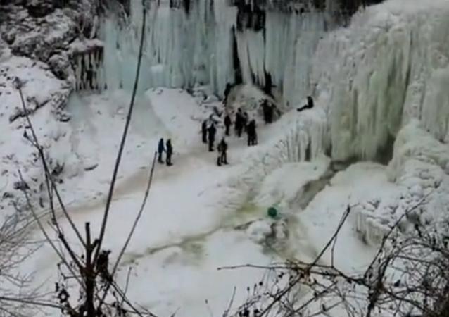 Uważaj na wodospady w zimie!