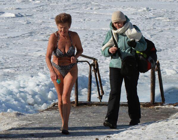 Klub miłośników pływania zimowego Mors we Władywostoku - Sputnik Polska
