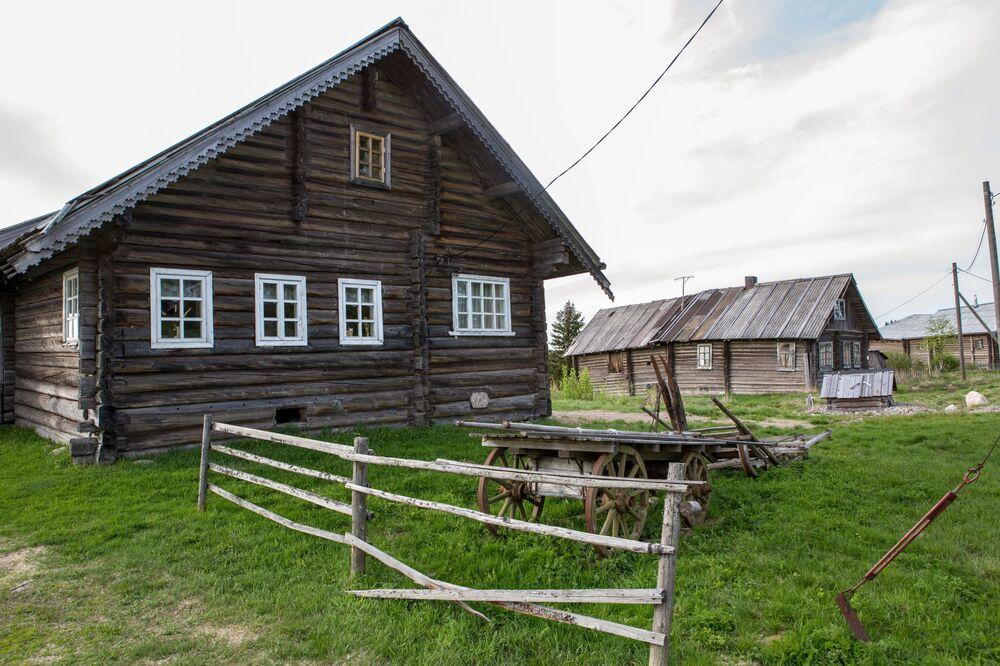 Drewniane domy we wsi Kinierma w Karelii. W 2016 roku wieś Kinierma otrzymała tytuł Najpiękniejsza wieś w Rosji.