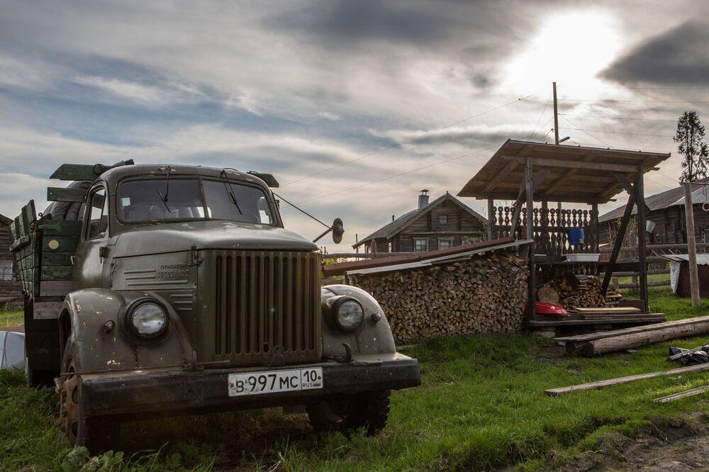 Samochód GAZ-51 we wsi Kinierma w Karelii. W 2016 roku wieś Kinierma otrzymała tytuł Najpiękniejsza wieś w Rosji.