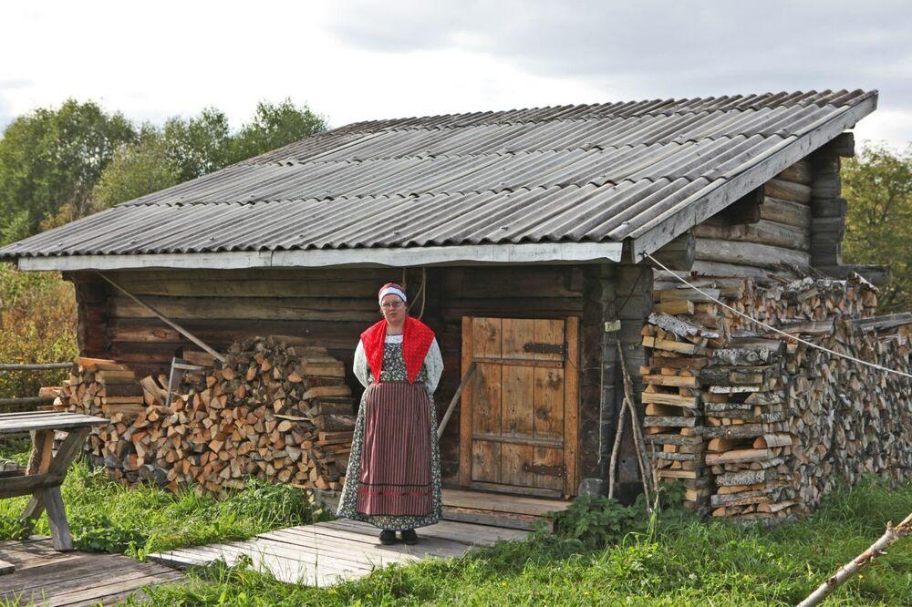 Mieszkanka wsi Kinierma w Karelii w narodowym stroju. W 2016 roku wieś Kinierma otrzymała tytuł Najpiękniejsza wieś w Rosji.