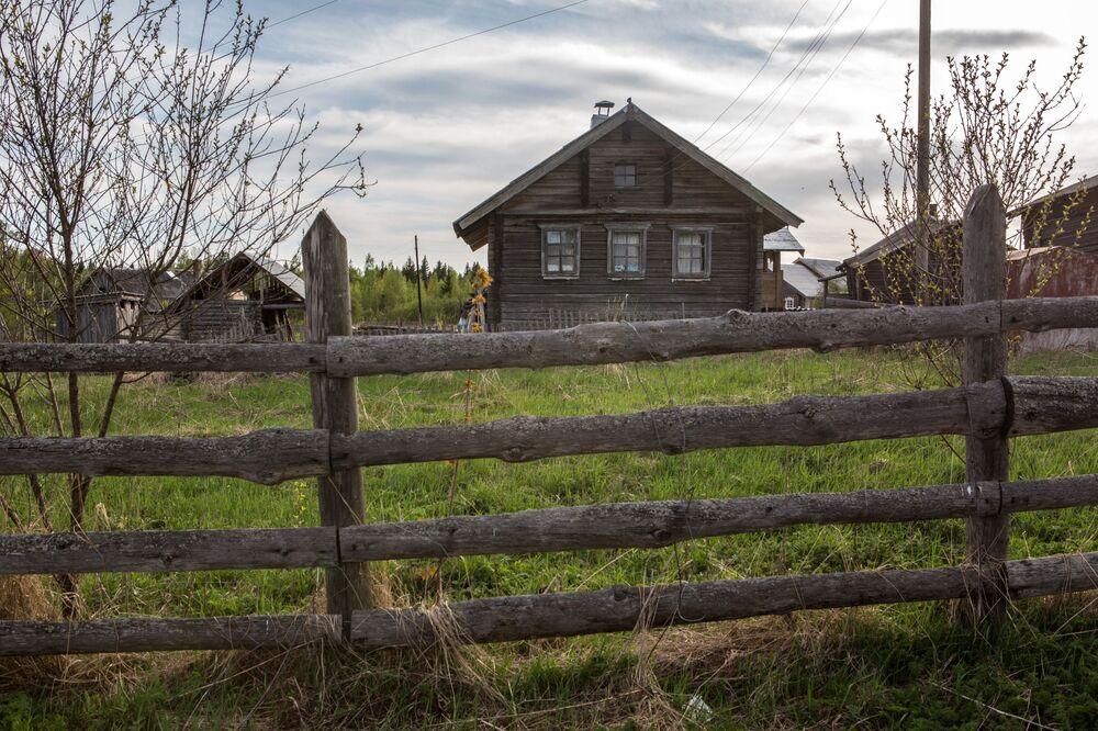 Drewniany dom mieszkalny we wsi Kinierma w Karelii. W 2016 roku wieś Kinierma otrzymała tytuł Najpiękniejsza wieś w Rosji.