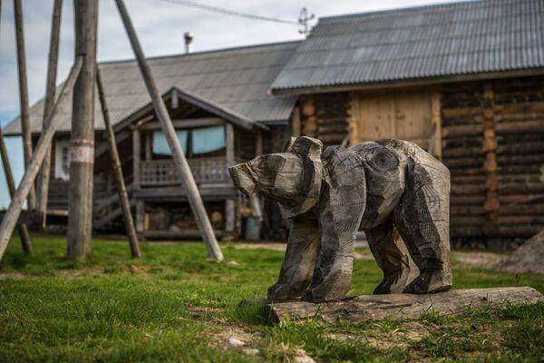 Drewniany niedźwiedź na placu zabaw we wsi Kinierma w Karelii. - Sputnik Polska