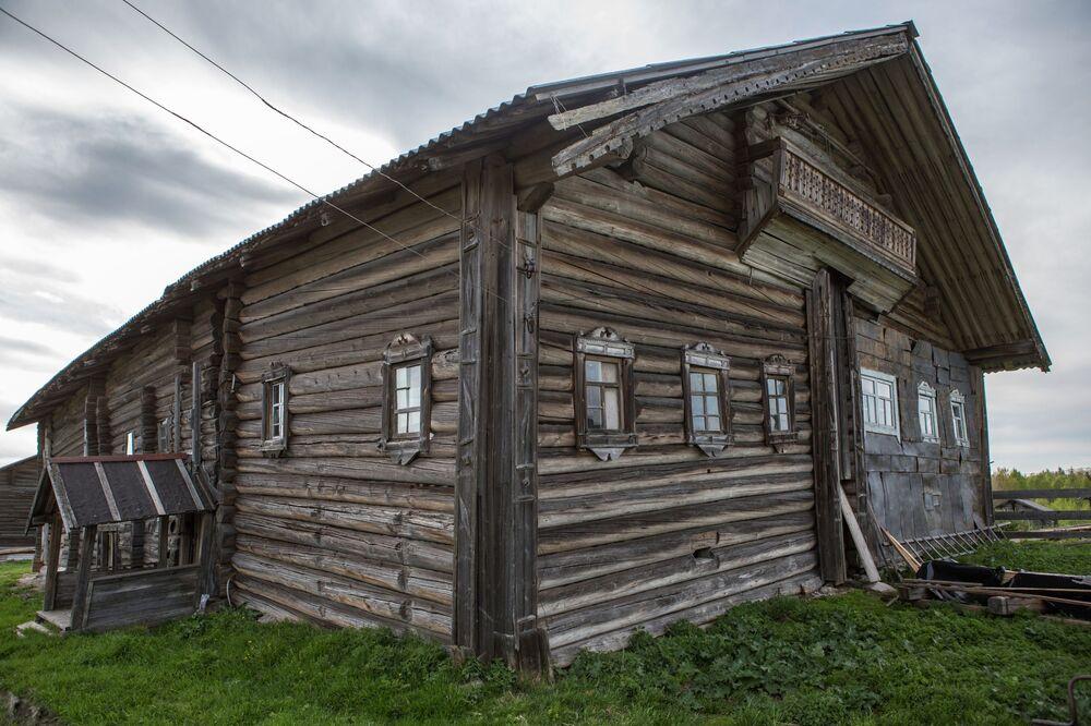 Drewniany dom we wsi Kinierma w Karelii. W 2016 roku wieś Kinierma otrzymała tytuł Najpiękniejsza wieś w Rosji.