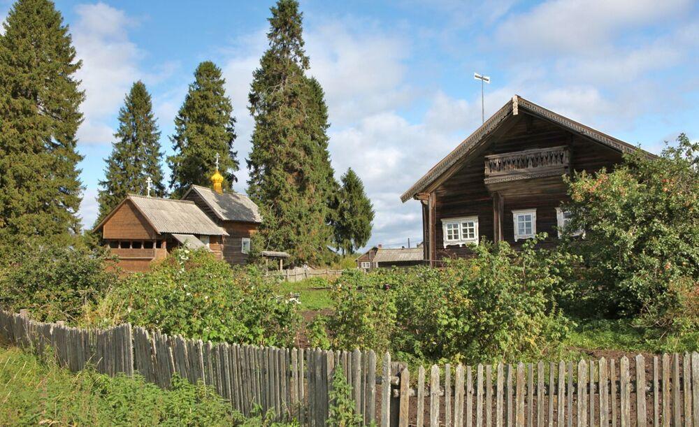 Czasownia Matki Bożej Smoleńskiej i dom we wsi Kinierma w Karelii.