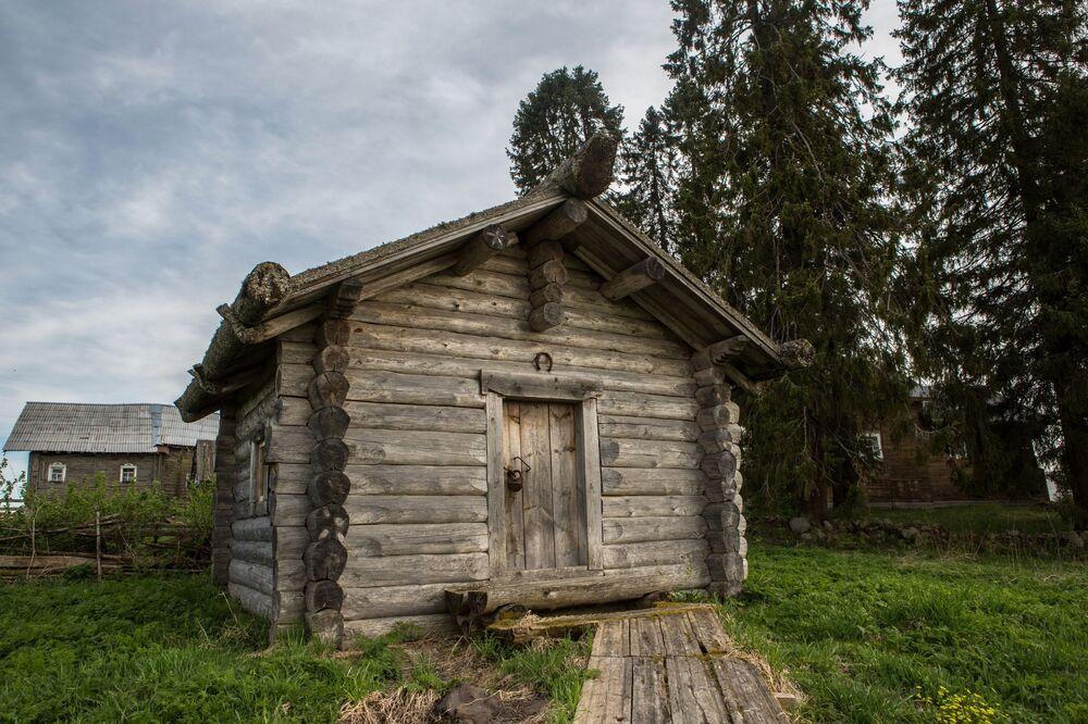 Drewniana izba we wsi Kinierma w Karelii. W 2016 roku wieś Kinierma otrzymała tytuł Najpiękniejsza wieś w Rosji.