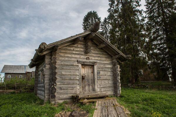 Drewniana izba we wsi Kinierma w Karelii. - Sputnik Polska