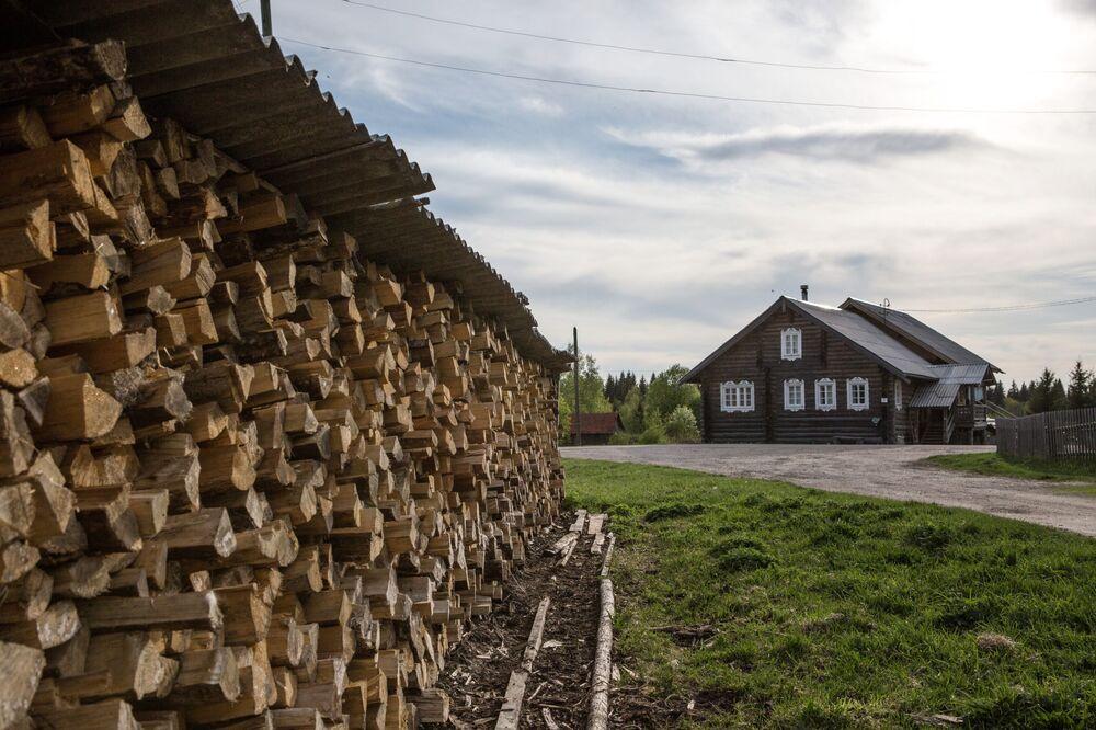Składowisko drewna we wsi Kinierma w Karelii. W 2016 roku wieś Kinierma otrzymała tytuł Najpiękniejsza wieś w Rosji.