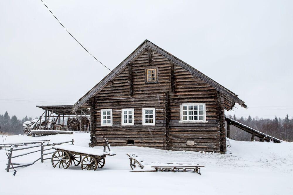 Drewniany dom mieszkalny we wsi Kinierma w Karelii.
