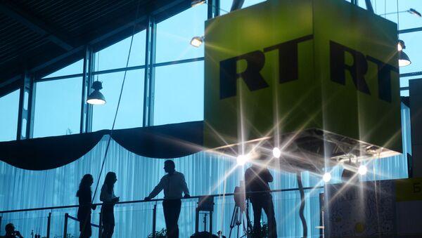 Sześcian z logo telewizji Russia Today - Sputnik Polska