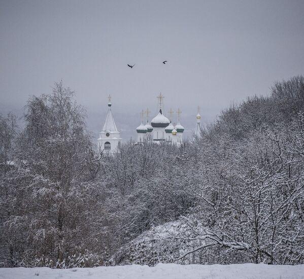 Monaster Pieczerski Wniebowstąpienia Pańskiego znajduje się nad brzegiem Wołgi w pół górze. Jest klasztorem męskim, założonym w XIV wieku. - Sputnik Polska