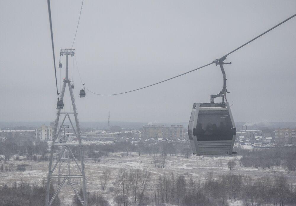 Od strony Niżnego Nowogrodu przez Wołgę ciągnie się kolej linowa o długości 3661 metrów. Czas podróży wynosi 12,5 minuty. Korzystają z niej nie tylko turyści. Na przeciwnej stronie Wołgi znajduje się niewielkie miasto Bor.