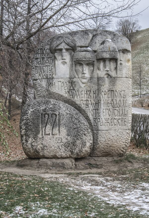 Znak pamiątkowy Pierwsi mieszkańcy Niżnego Nowogrodu został umieszczony przy Kremlu w 1976 roku z okazji 755. rocznicy założenia miasta. - Sputnik Polska