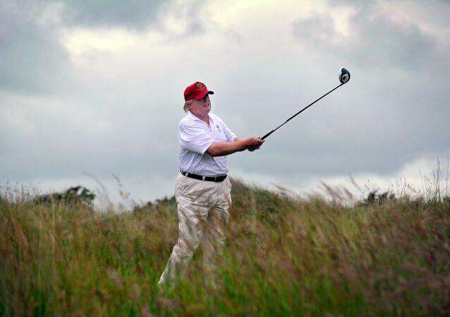 Donald Trump na swoim prywatnym polu golfowym w Szkocji