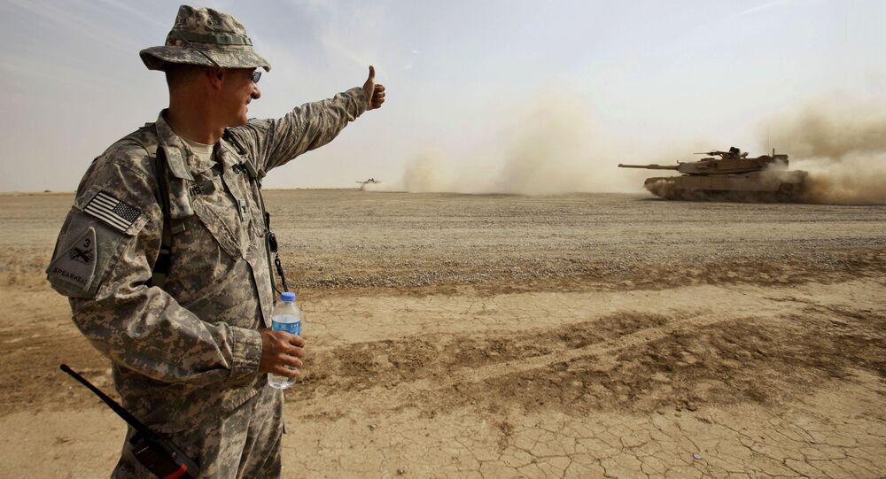 Amerykański żołnierz sprawdza przygotowanie irackiej załogi amerykańskiego czołgu Abrams w okolicach Bagdadu