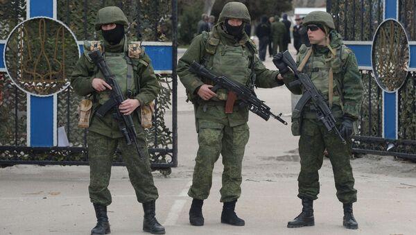 Wojskowi pod budynkiem sztabu Marynarki Wojennej Ukrainy - Sputnik Polska