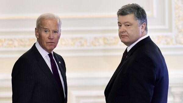 Wiceprezydent USA Joe Biden i prezydent Ukrainy Petro Poroszenko na spotkaniu w Kijowie - Sputnik Polska