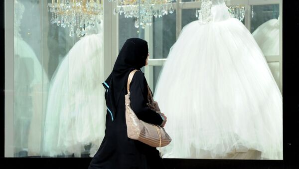 Saudyjka ogląda suknie ślubne - Sputnik Polska