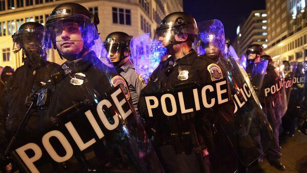 Policja użyła gazu łzawiącego wobec demonstrantów, którzy protestowali w Waszyngtonie przeciwko zaprzysiężeniu Donalda Trumpa na prezydenta USA - Sputnik Polska