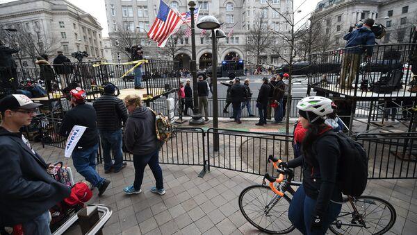 Ludzie przed hotelem Trump International - Sputnik Polska
