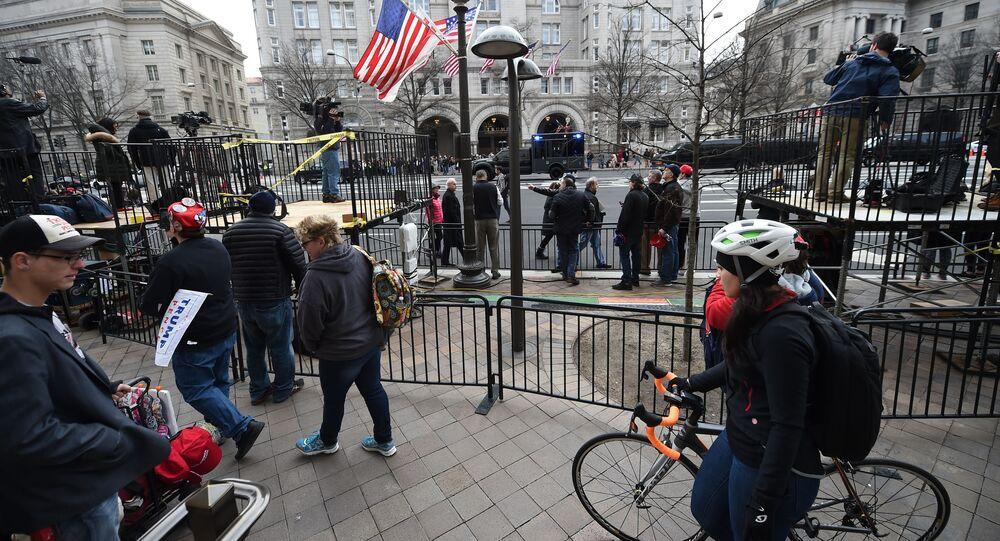 Ludzie przed hotelem Trump International