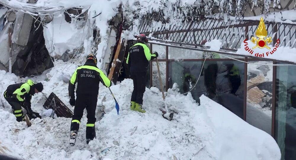 Pod śniegiem w zniszczonym przez lawinę włoskim hotelu Rigopiano znaleziono sześć żywych osób