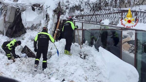 Pod śniegiem w zniszczonym przez lawinę włoskim hotelu Rigopiano znaleziono sześć żywych osób - Sputnik Polska