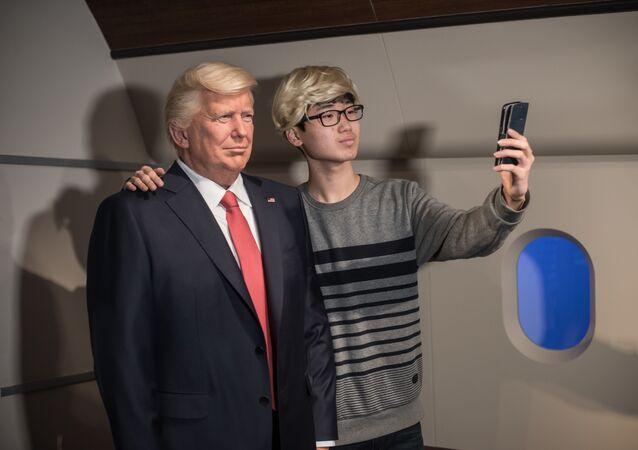 Selfie z woskową figurą Donalda Trumpa