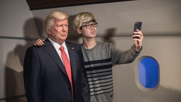 Selfie z woskową figurą Donalda Trumpa - Sputnik Polska