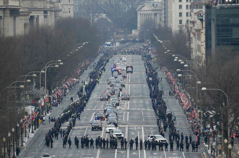 Barack Obama i Donald Trump jadą na ceremonię inauguracji