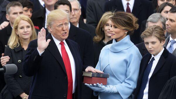 Donald Trump składa przysięgę - Sputnik Polska