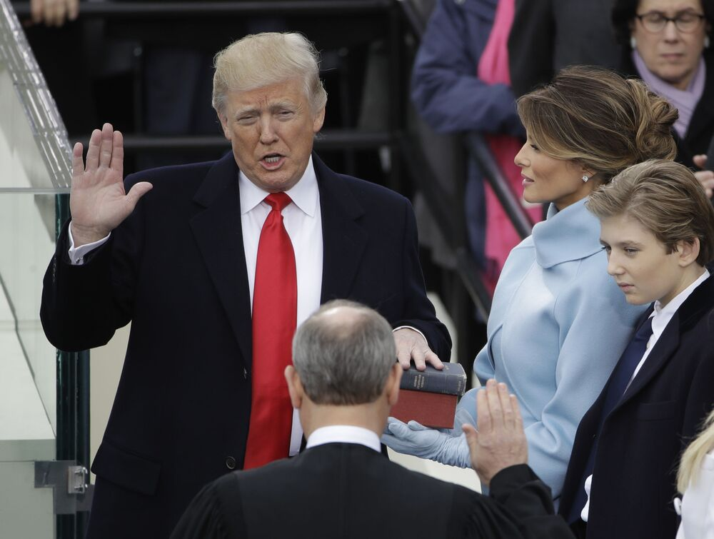 Donald Trump składa przysięgę