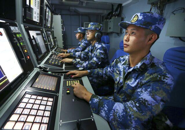 Wojskowi chińskiej marynarki wojennej na pokładzie niszczyciela rakietowego Hefei
