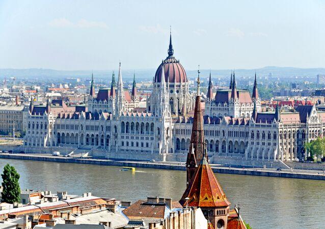 Widok na budynek węgierskiego parlamentu, Budapeszt