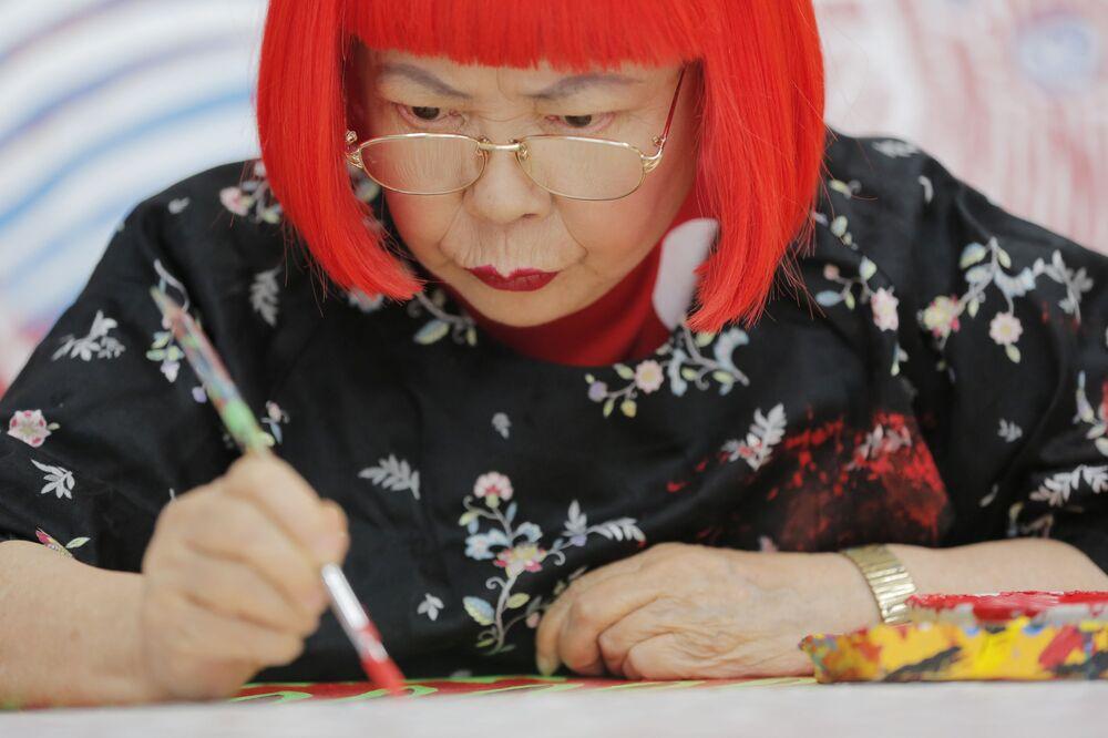 Japońska malarka Yayoi Kusama w trakcie pracy w Tokio