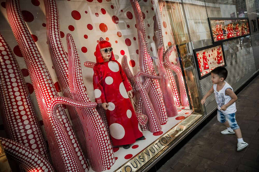 Gablota sklepu z postacią japońskiej malarki  Yayoi Kusama w Hong Kongu