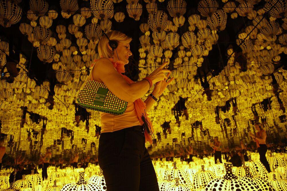 Praca  All the eternal love i have for the pumpkins japońskiej malarki awangardowej  Yayoi Kusama na wystawie w Rzymie