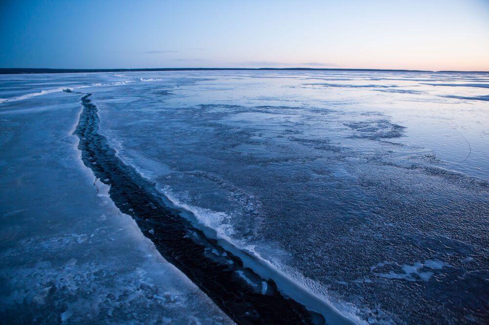 Szczelina w lodzie na jeziorze Onega