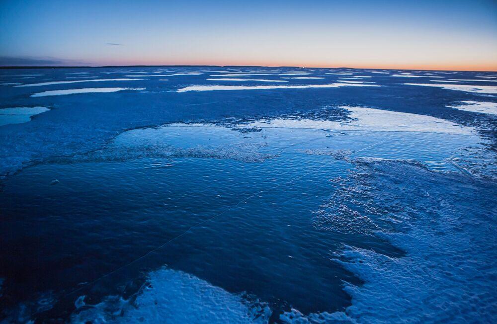 Panorama zamarzniętego jeziora Onega